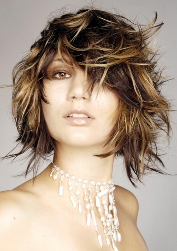 idées coiffures pour cheveux mi longs, cheveux décoiffés en deux ...