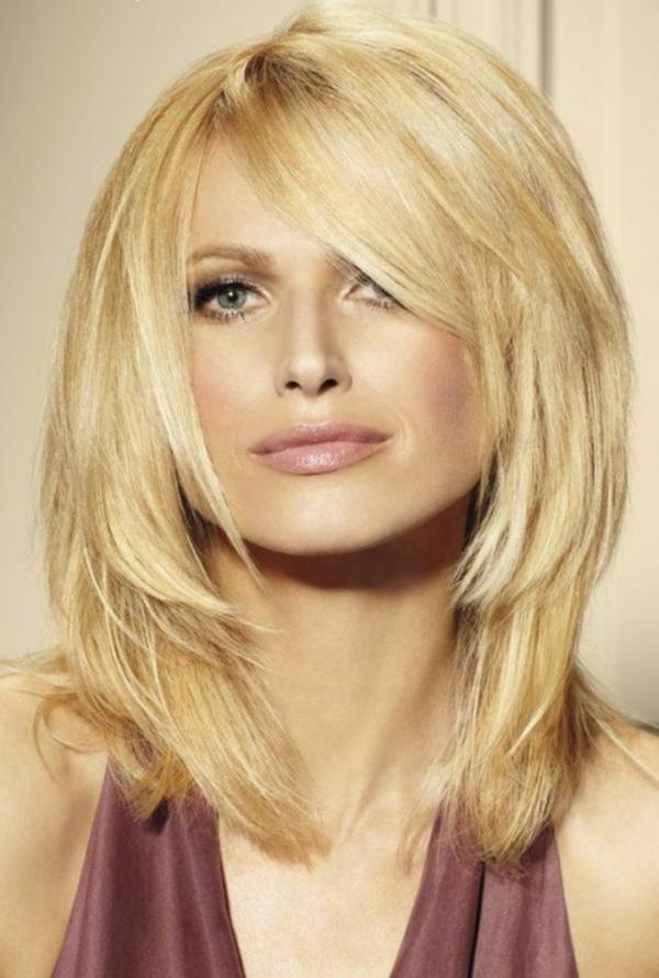 idées-coiffures-pour-cheveux-mi-longs-couches-blondes