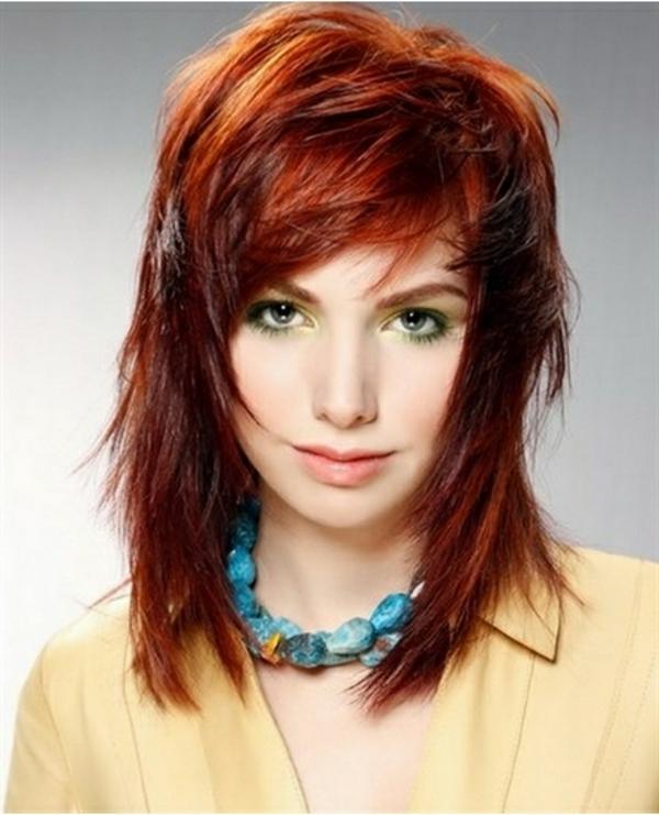 idées-coiffures-pour-cheveux-mi-longs-et-rouges-une-frange-asymétrique