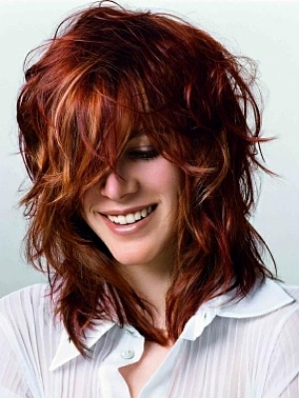 idées-coiffures-pour-cheveux-mi-longs-mèches-blondes-de-la-frange