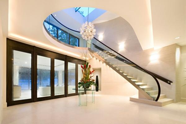 intérieur-de-la-maison-contemporaine-avec-des-escaliers-avec-un-design-ivoire
