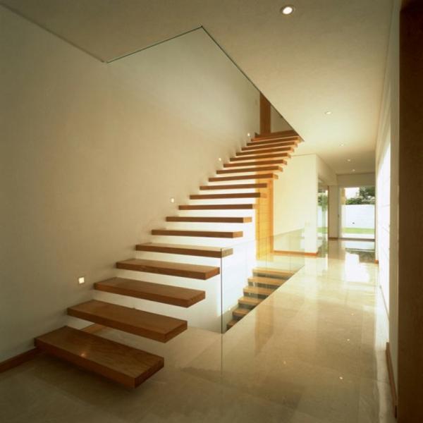 intérieur-de-la-maison-contemporaine-avec-des-escaliers-en-bois-ivoire