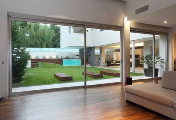 intérieur-de-la-maison-contemporaine-avec-des-vitrages-uniques