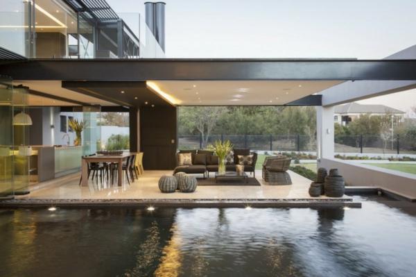 intérieur-de-la-maison-contemporaine-entourer-de-l'eau-et-style-minimaliste