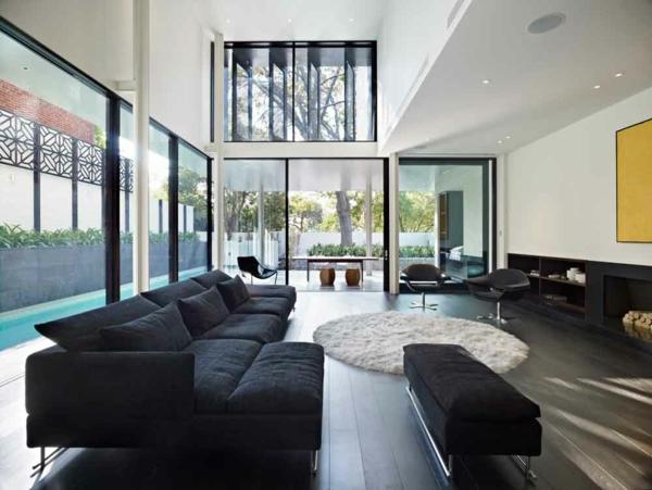 intérieur-de-la-maison-contemporaine-et-un-canapé-en-tissue-noire