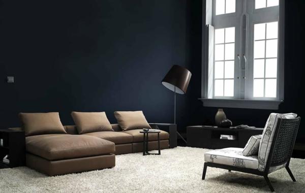 intérieur-de-la-maison-contemporaine-mur-noir-et-canapé-beige-et-fauteuil-gris