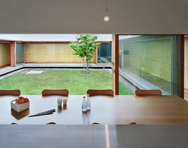 intérieur-de-la-maison-contemporaine-un-bureau-en-bois-et-des-chaises-un-court-intérieur