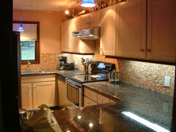 jolie-cuisine-en-couleurs-doux-beige-et-des-étagère-confortable