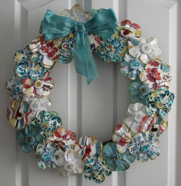 jolie-guirlande-en-bleu-pour-décorer-la-porte