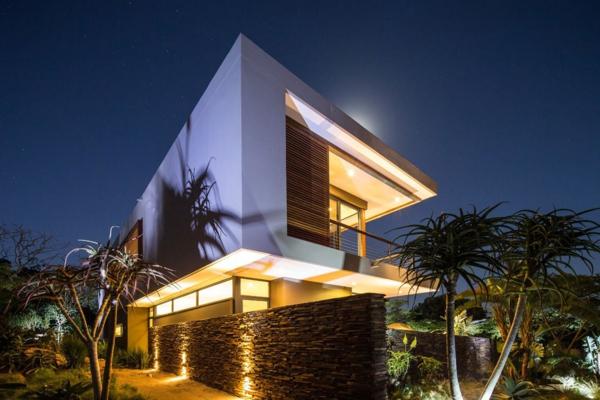 la-maison-contemporaine-exotique-éclairé-pendant-la-nuit