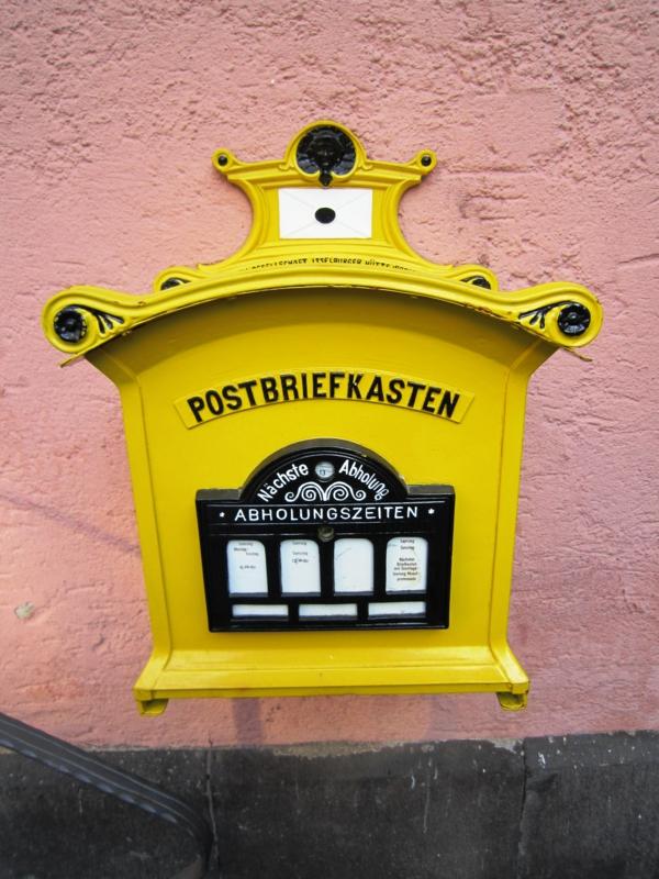 la-noite-postal-jaune-original-forme-en-fer