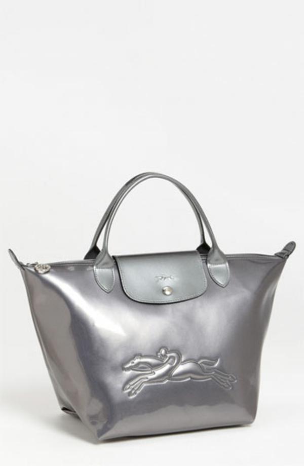 le-sac-à-main-longchamp-couleur-argentée
