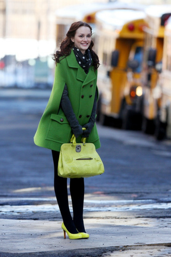 le-sac-à-main-longchamp-jaune-et-un-manteau-long-vert