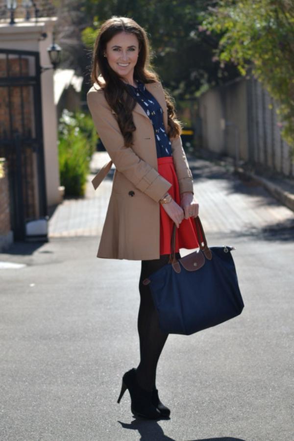le-sac-à-main-longchamp--sac-bleu-et-manteau-beige