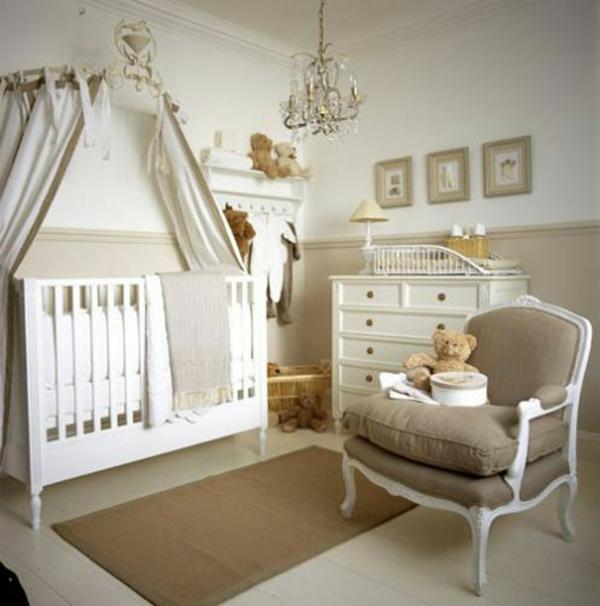 lit-de-bébé-moderne-en-blanc