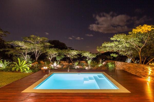 maison-contemporaine-cool-et-exotique-avec-un-piscine-originale-et-style-luxueux