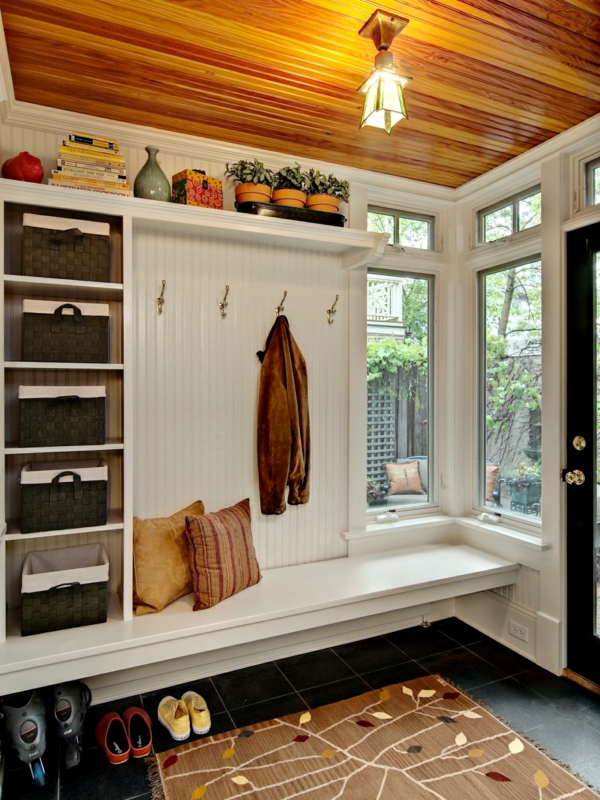 meuble vestiaire entre magnifique plafond en bois