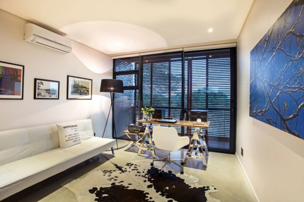 office-a-la-maison-avec-un-canapé-en-blanc-cuir-et-tapis-de-cuir-naturel