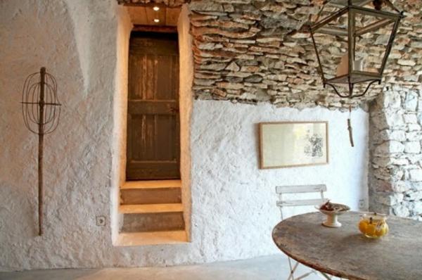 original-chambre-et-un-mur-avec-des-pierre-original-lampe-et-une-porte