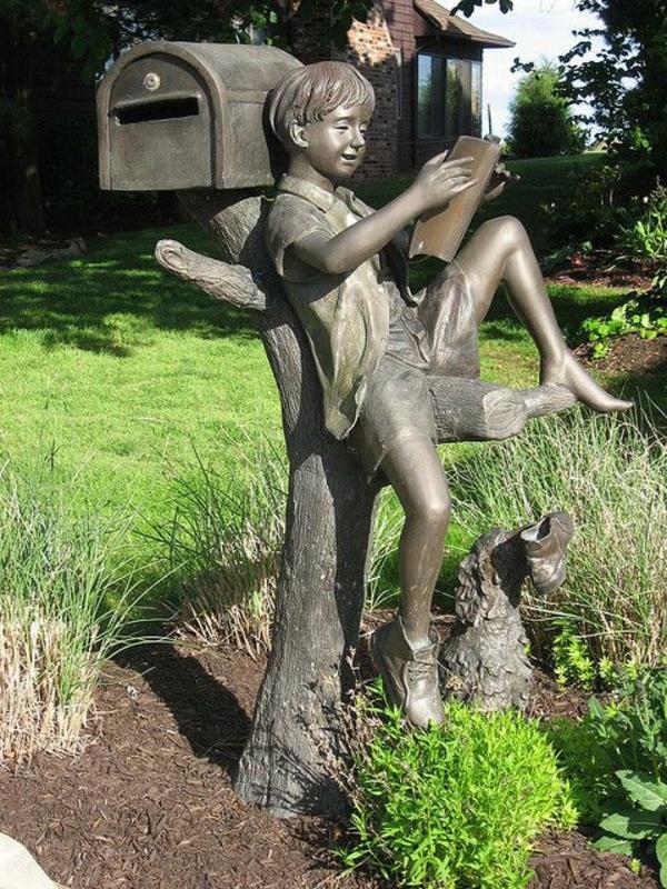 original-grande-figure-en-bois-avec-un-garçon-pour-la-décoration-du-maison