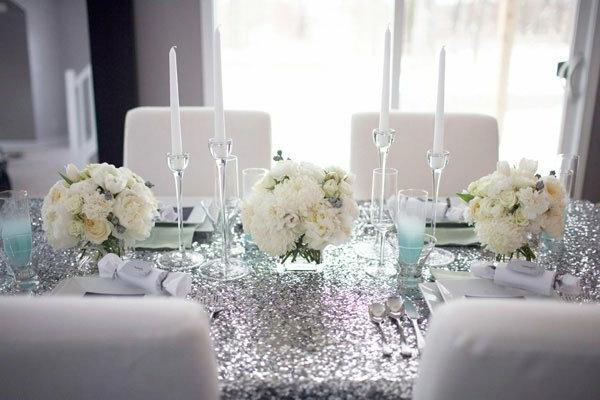 original-luxueuse-décoration-pour-votre-table-du-fête-avec-des-chamdeliers-et-bougies