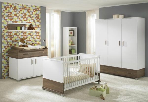 original-mur-coloré--et-ameublement-en-blanc-et-éléments-beige-pour-un-look-modern