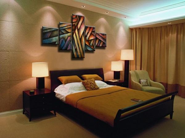 peinture-abstraite-cinq panneaux-magnifiques-dans-une-chambre-à-coucher-en-beige