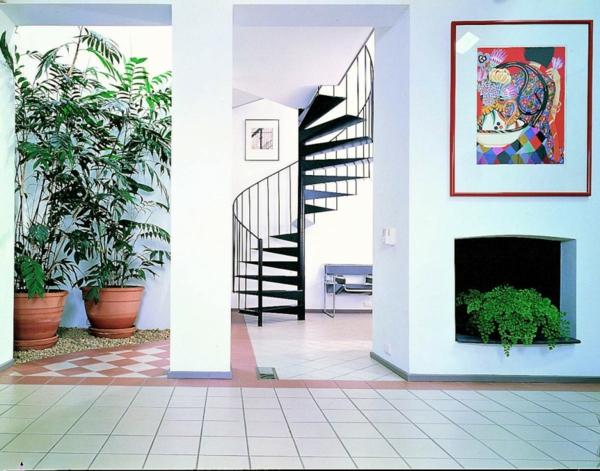 peinture-abstraite-et-escalier-spiral