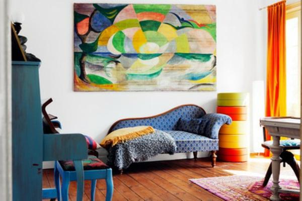 Plancher en bois, meubles vintage, une grande peinture abstraite