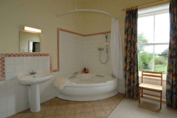 La petite baignoire d 39 angle est la princesse de votre salle de bains a - Petite baignoire sur pied ...