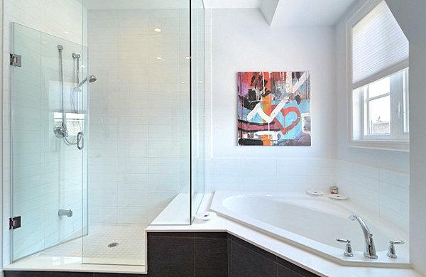 petite-baignoire-d' angle-et-peinture-abstraite