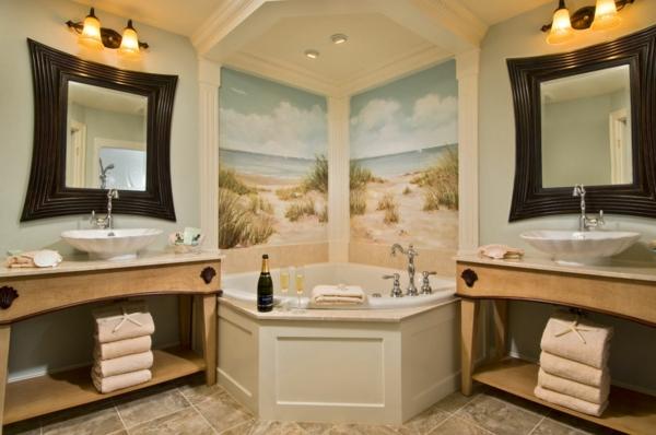 petite-baignoire-d' angle-rangement-de-serviettes-en-bois-deux-miroirs-muraux