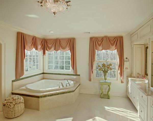 petite-baignoire-d' angle-salle-de-bainsen-beige-et-rideaux-roses