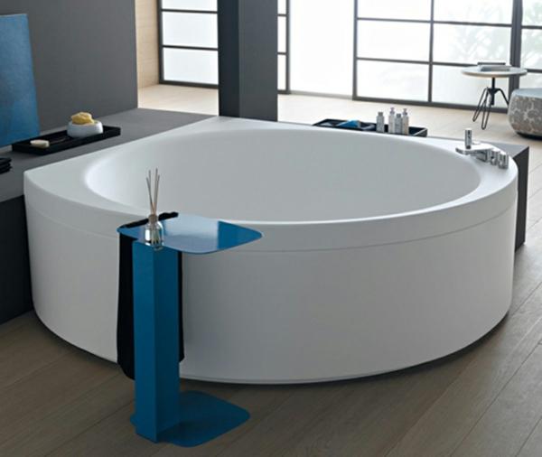 petite-baignoire-d' angle-située-au-centre-de-l'intérieur
