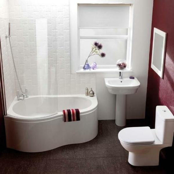 petite-baignoire-d' angle-un-mur-rouge