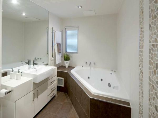 La petite baignoire d 39 angle est la princesse de votre for Baignoire pour petite salle de bain
