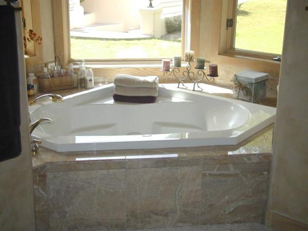 La petite baignoire d 39 angle est la princesse de votre salle de bains a - Baignoire d angle encastrable ...