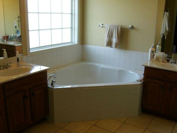 petite-baignoire-d'angle-idées-pour-les-petits-espaces