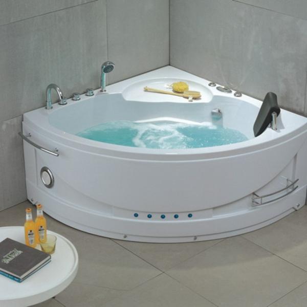 petite-baignoire-d'angle-une-baignoire-blanche-encastrée