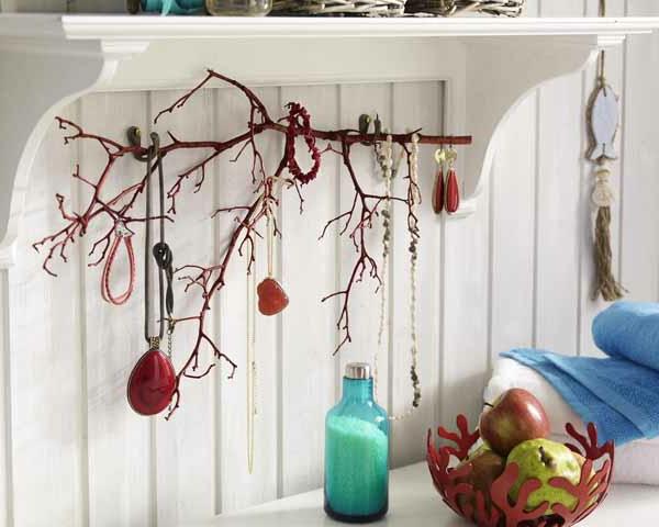 porte-bijoux-mural-une-branche-peinte-rouge