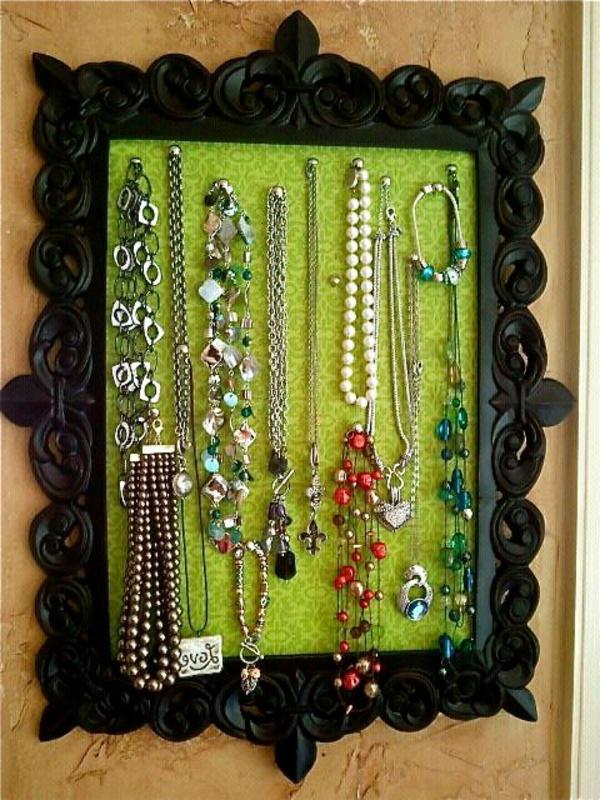 porte-bijoux-mural-encadrement-noir-ornementé-et-intérieur-vert