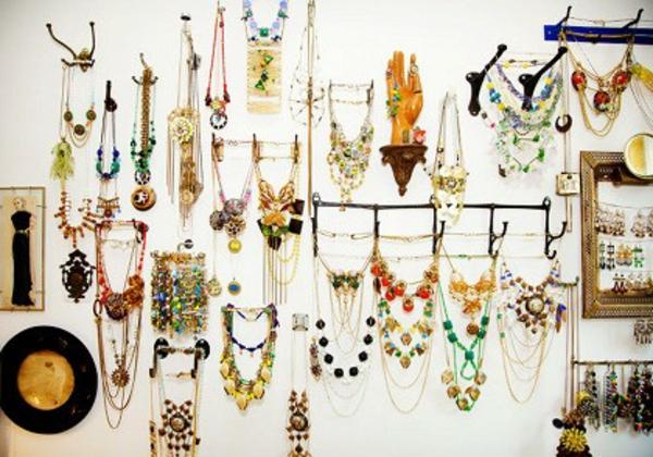porte-bijoux-mural-un-mur-décoré-de-bijoux
