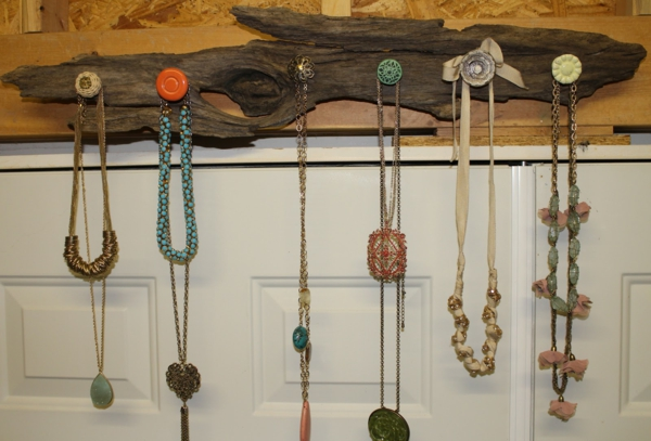 Le porte bijoux mural une d co pratique et belle - Fabriquer un placard mural en bois ...