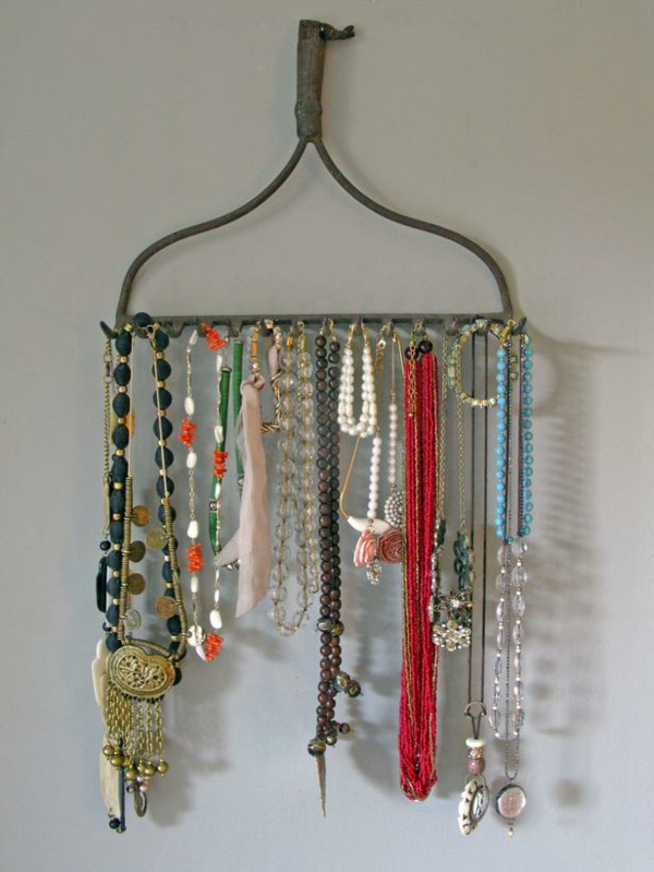 porte-bijoux-mural-un-porte-bijoux-pendant