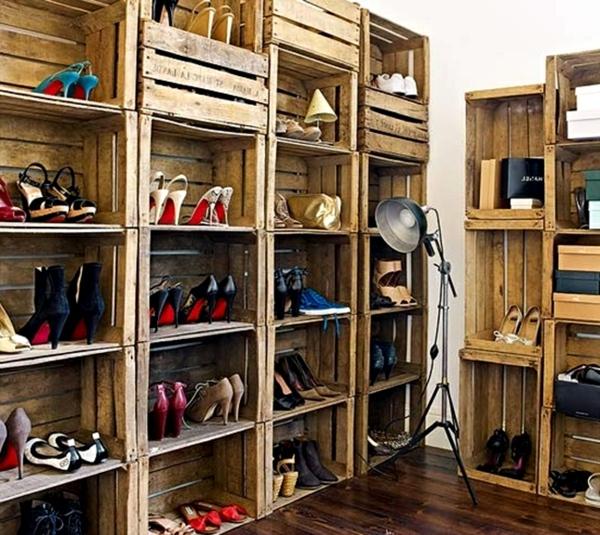 porte-chaussures-mural-en-bois-et-une-lampe-industrielle-en-acier