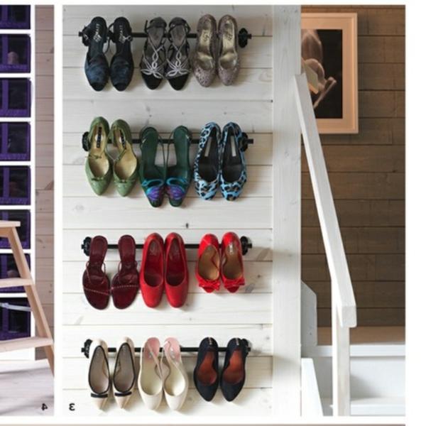 porte-chaussures-mural-sur-un-mur-en-bois