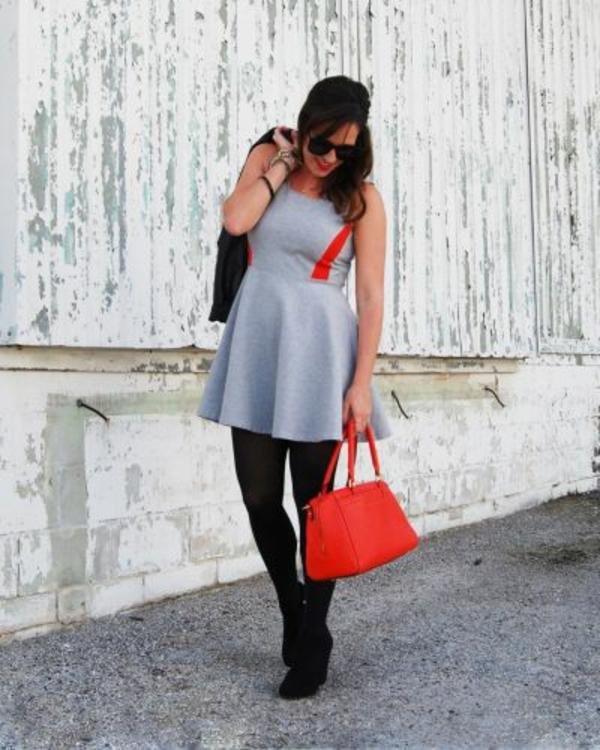 robe-patineuse-grise-assortie-avec-un-collant-noir-et-un-sac-rouge