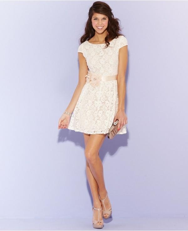 robe-patineuse-modèle-doux-avec-dentelle