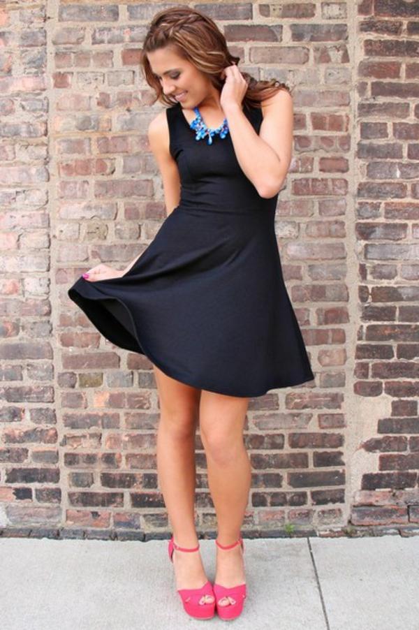 robe-patineuse-noires-et-sandales-roses