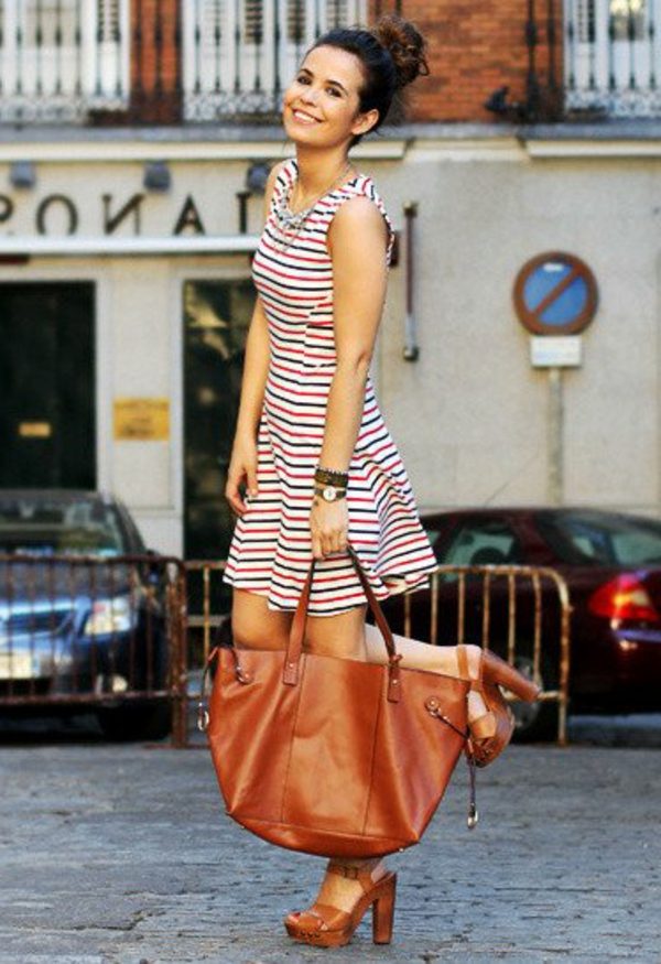 robe-patineuse-rayures-trendy-et-un-grand-sac-marron
